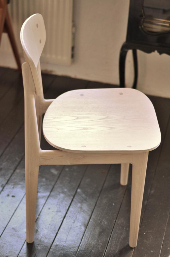Stol vitpigmenterad ask